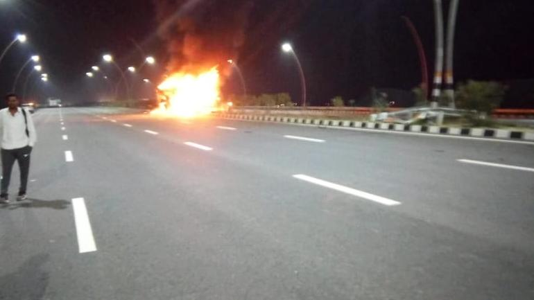 UP: Lucknow bound passenger bus catches fire, 4 dead - India