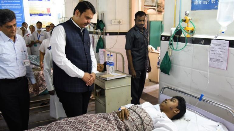 CM Devendra Fadnavis visits St. George & GT Hospital in Mumbai to meet the people injured.(Photo: Twitter/@CMOMaharashtra)