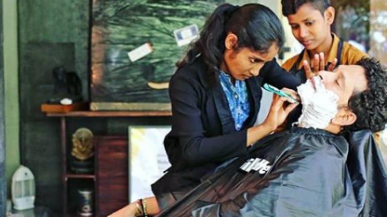 Sachin Tendular getting a shave from a woman Photo: Instagram/ Sachin Tendulkar