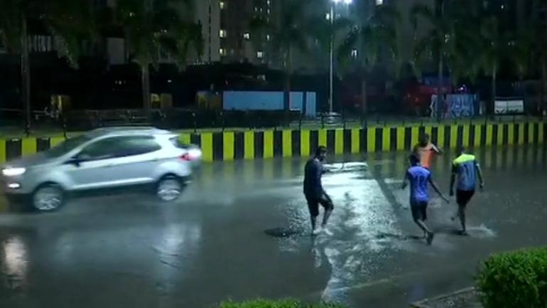 As north India sizzles in extreme heat, rains bring Mumbai to still, 11 flights diverted