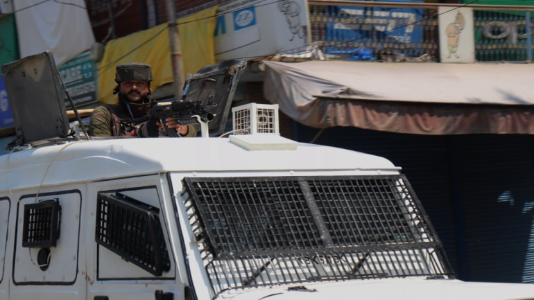 Restrictions re-imposed in parts of Kashmir ahead of Friday prayers, normal life remains crippled for 33rd day