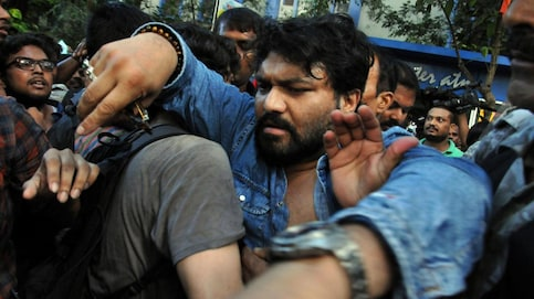 Union minister Babul Supriyo being heckled by students in Jadavpur University on Thursday (PTI)