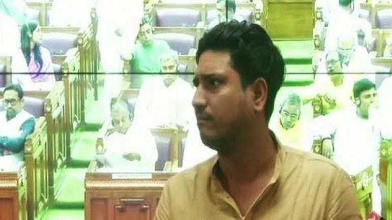 Police raid SP MLA's house to arrest him on charge of misbehaving with officials