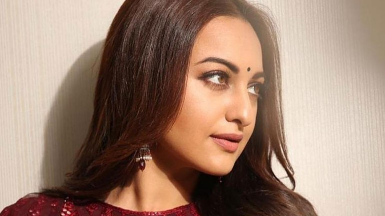 Sonakshi Sinha refuses flowers from a fan