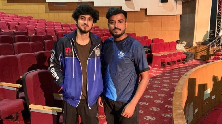 Vidur Sharma (l) from Team Hawks and Shahid Malek (r) from Team Mossaad pose for a photo ahead of the final