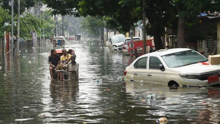 Security guards rescue SDM from angry flood victims in Bihar who attacked him