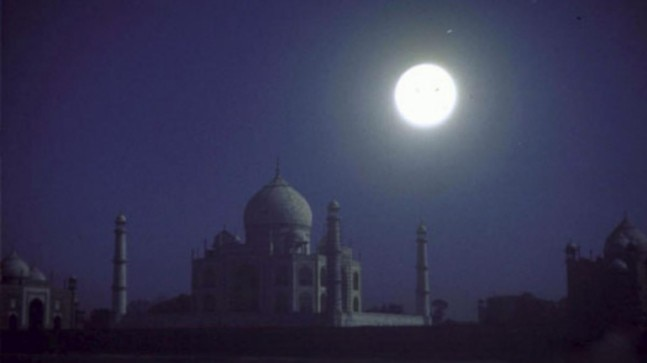 Hundreds of tourists climb rooftops to view Taj after houseful at monument on Sharad Poornima