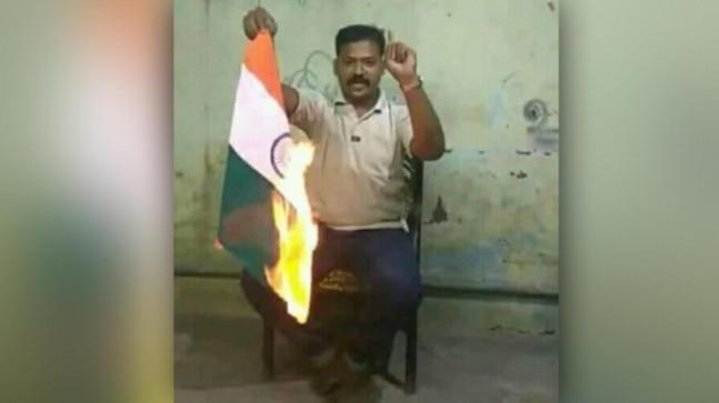 Fact Check: No, this man did not burn the Indian national flag for Hindutva