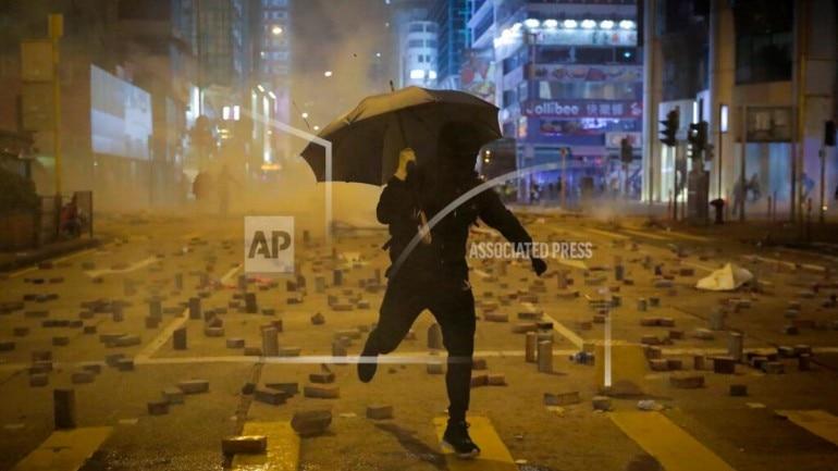 Hồng Kông: Cãi nhau vì dọn chướng ngại vật của người biểu tình, cụ ông 70 tuổi bị ném gạch đến chết não - Ảnh 2.