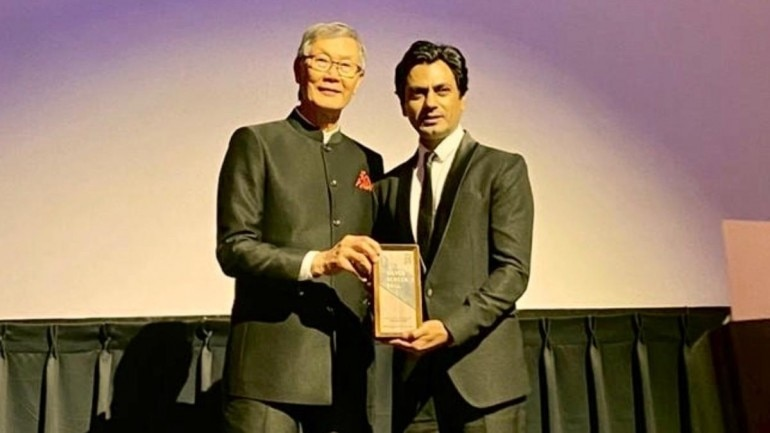 Nawazuddin Siddiqui received the award from a business tycoon from Beijing, Charles Ho.