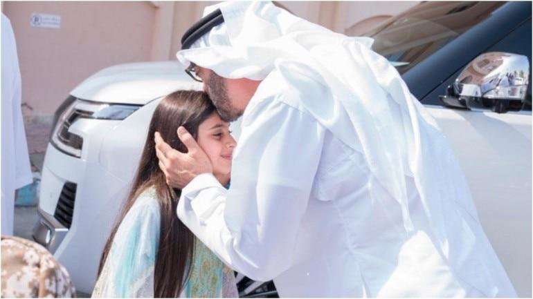 Abu Dhabi Crown Prince with the little girl Aisha. (Photo: Twitter/@MohamedBinZayed)