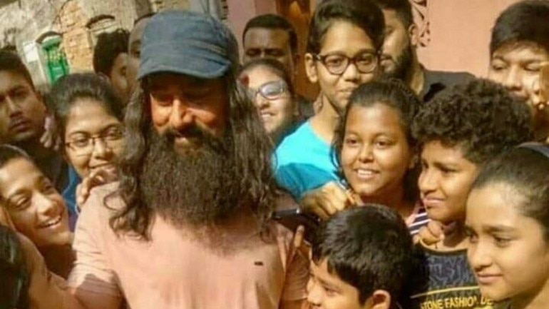Aamir Khan with his fans during the shoot of Laal Singh Chaddha in Kolkata.