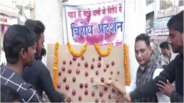 Some people were seen worshipping onions and also garlanded it. (Photo: ANI)