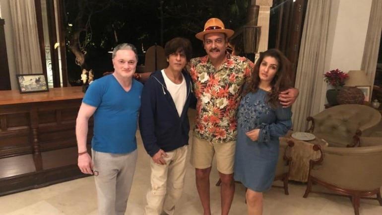 Shah Rukh Khan partied with his long time friends Raveena Tandon, Ravi Shastri and Gautam Singhania at his Alibaug farmhouse.
