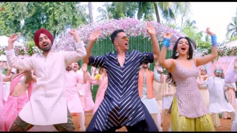 Diljit Dosanjh, Akshay Kumar and Kiara Advani in a still from Sauda Khara Khara from Good Newwz.