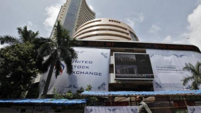 Weak oil prices dent domestic markets, Sensex down nearly 900 points