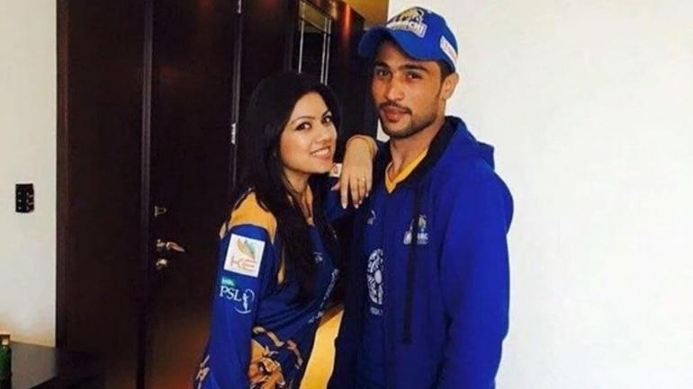 पाकिस्तान के तेज गेंदबाज मोहम्मद आमिर पत्नी नरजिस के साथ बेटी का स्वागत करते हैं।  (ट्विटर फोटो)