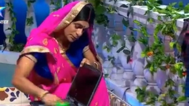 <div>Sunil Grover's Topi Bahu is competiing with Gopi Bahu in washing laptops. Watch video</div>
