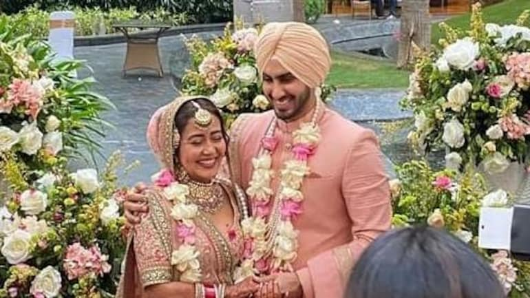 Neha Kakkar and Rohanpreet Singh pose as a bride and groom in new pic. Seen yet? - Television News