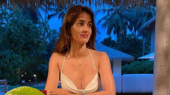 Disha Patani twins with flowers in pic from Maldives vacay. Krishna Shroff reacts