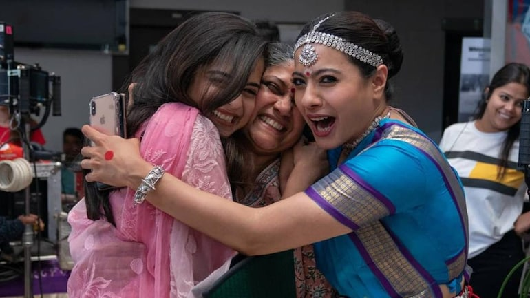(L-R) Mithila Palkar, Renuka Shahane and Kajol on the set of Tribhanga, the new Netflix India film. Photo: Instagram/Renuka Shahane