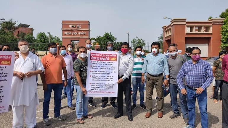 homebuyers stage protest, protest, GNIDA, camps, registry of flats, property, flats, greater noida registration of flats, NEFOWA, Abhishek Kumar, flats, Homebuyers stage protest, gheraoed Gr Noida CEO's Office over delay in registry of flats