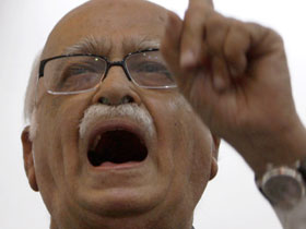 Advani compares Varun with JP
