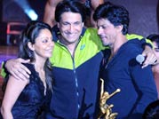 SRK, Shahid turn cheerleaders for kids