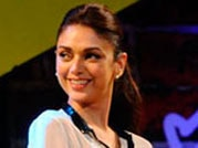 Mind Rocks Youth Summit 2013: Aditi Rao Hydari sings har kisi ko nahi milta...