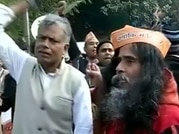 Right wing activists protest outside Kejriwal's house in Ghaziabad