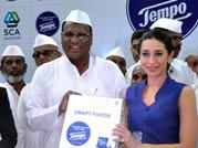 Karisma Kapoor joins the 'dabbawalas', promotes hygiene