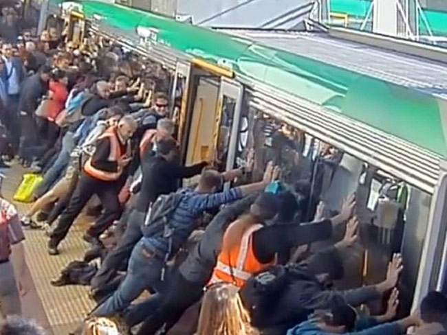 Commuters tilt train to free man's leg trapped in station's gap