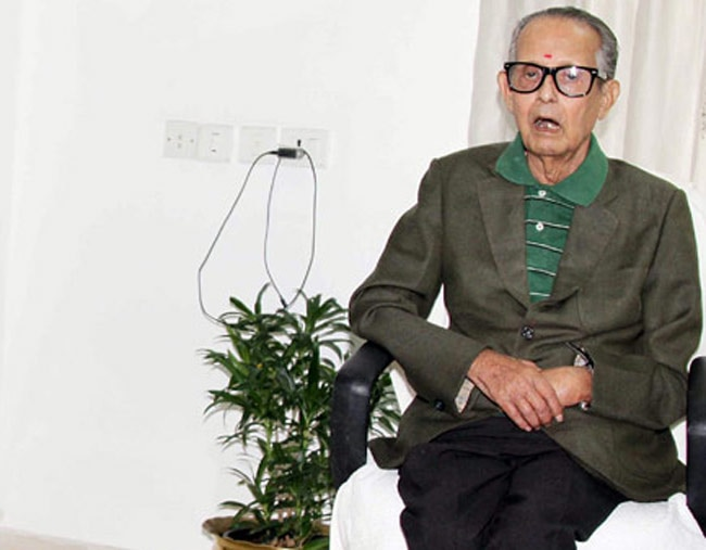 r k laxman R k laxman was awarded the prestigious padma bhushan by the government of india he has won many awards for his cartoons, including asia's top journalism awa '''rasipuram krishnaswamy iyer laxman''' (born october 23 1924, mysore, india) is an indian cartoonist, illustrator and humorist.
