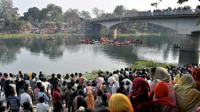 Murshidabad bus accident: Drowning people struggle to survive as locals  jump in to help
