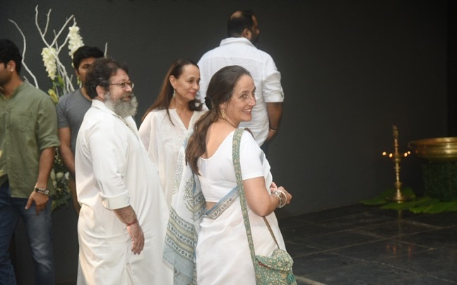 Three days after Shashi Kapoor passed away, his family members organised a prayer meet in his memory at the Prithvi Theatre. Shashi Kapoor breathed his last on Monday evening after prolonged illness.