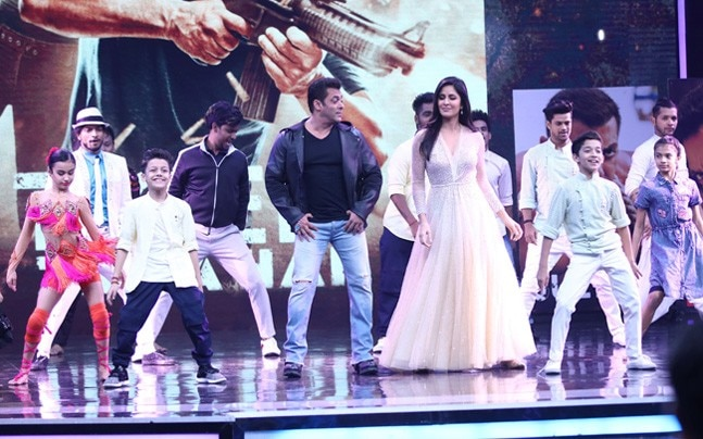 Salman Khan and Katrina Kaif looked cute wearing Santa caps as they promoted their upcoming film Tiger Zinda Hai on the sets of Sony TV's Super Dancer Chapter 2.
