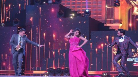 It's that time of the year when B-Town comes together to celebrate their hard work. And Tuesday evening was no different when Bollywood came under one roof for Zee Cine Awards 2017. From enthralling performances to entertaining acts to much-awaited awards