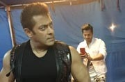 Want to click Salman Khan? Varun Dhawan will teach you how to get the perfect shot