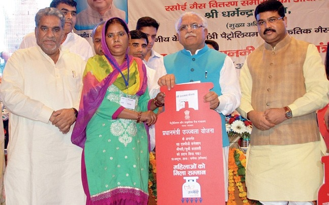 CM Manohar Lal Khattar gives away free cooking gas connections to the poor