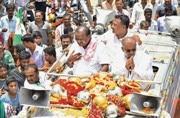 Karnataka: While the big guns fight...