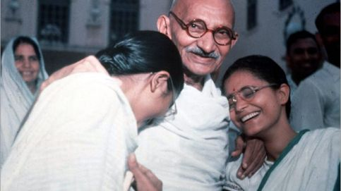 Gandhi with Manuben (left) and Abha