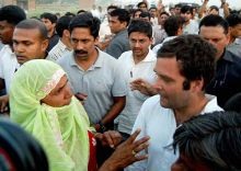 Rahul Gandhi with agitating farmers