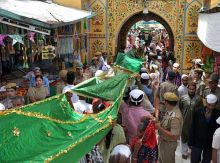Devotees offering chadder at Ajmer dargah