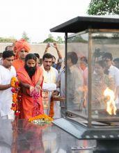 Baba Ramdev pays tribute to Mahatma Gandhi
