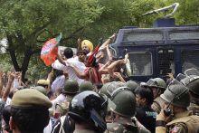 Cops surround agitating BJP workers near Jantar Mantar in New Delhi