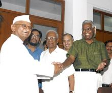 Anna Hazare shakes hand with CPI national secretary D. Raja