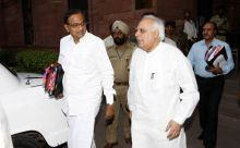 Home Minister P. Chidambaram and Kapil Sibal arrive to attend Lokpal meen in Delhi