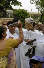 An woman slaps the effigy of Jairam Ramesh in Jaipur