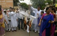 BJP activists burn the effigy of Jairam Ramesh in Jaipur