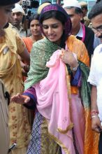 Hina Rabbani Khar signs in the Dargah register.